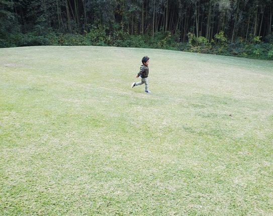 バンブー公園で走る子供