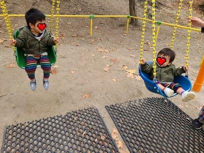 ブランコに乗る子供たち