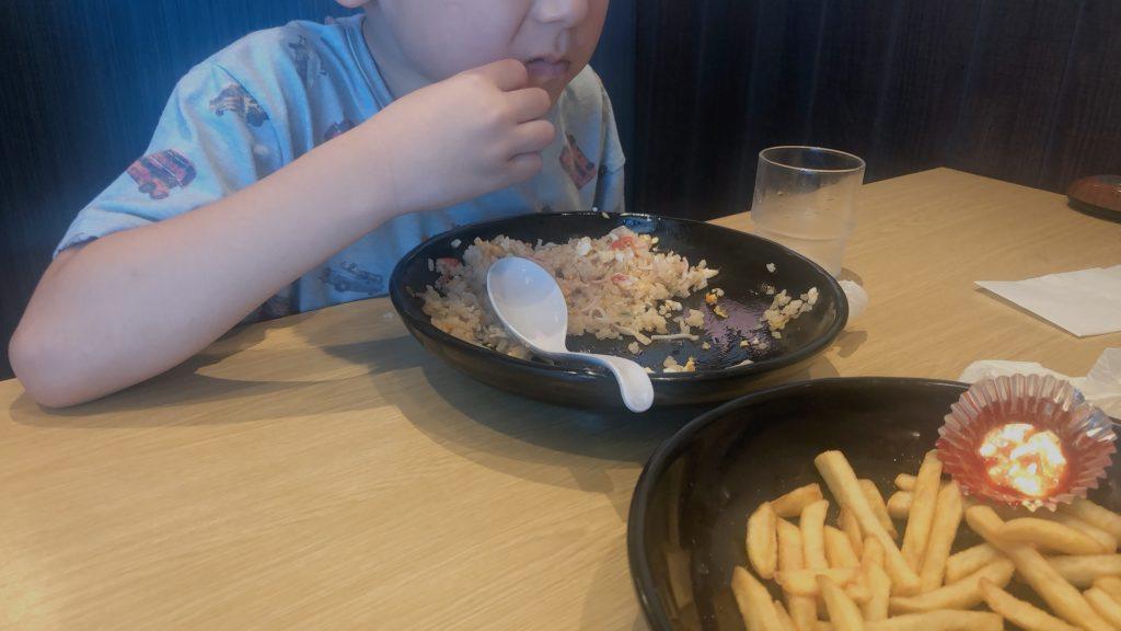 チャーハンを食べる子供